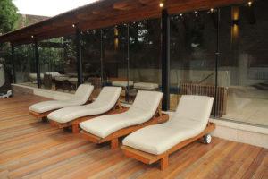 Reposeras deck zona pileta climatizada